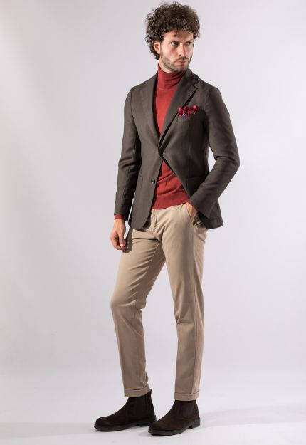 Outfit giacca marrone, dolcevita rosso, pantaloni beige